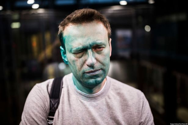 "Lider ruske opozicije Aleksej Navaljni pozira fotografu nakon što mu je na lice bačena ""zeljonka"" ispred konferencijske dvorane u Moskvi, 27. april 2017. Foto Evgeny Feldman Pool P"