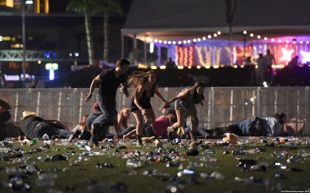 Ljudi bježe nakon pucnjave na muzičkom festivalu Route 91 Harvest u Las Vegasu, Nevada, 1. oktobar 2017. Foto David Becker AFP