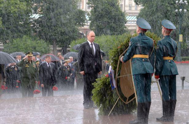 Ruski predsjednik Vladimir Putin stoji ispred spomenika, Grob neznanog vojnika, tokom obilježavanja 76. godišnjice nacističke invazije na Sovjetski Savez, 22. juni 2017. Foto Aleksei