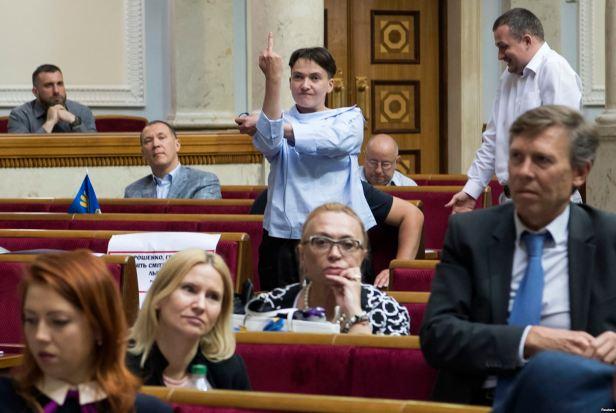 Ukrajinska poslanica Nadija Savčenko pokazuje srednji prst tokom sjednica državnog parlamenta u Kijevu, 22. juni 2017. Foto Vladyslav Musiienko Reuters