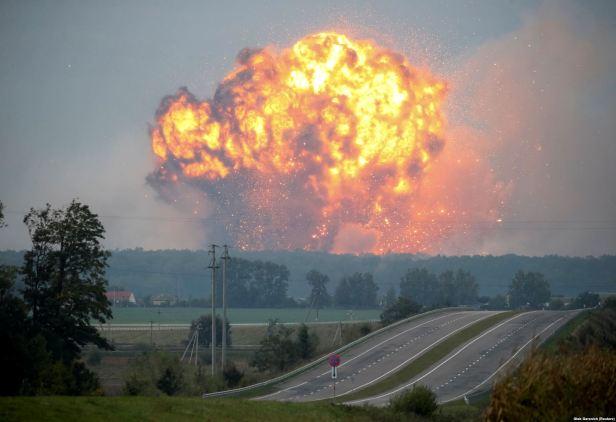 Velika eksplozija u skladištu municije i ostale vojne opreme u vojnoj bazi u blizini Kaljnivka centralna Ukrajina 27 septembar 2017 Foto Gleb Garanich